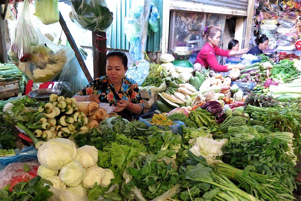 Vendeuse légumes marché russe Phnom Penh Cambodge blog voyage 18