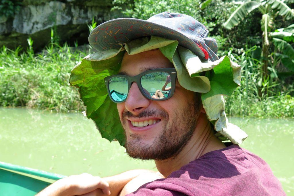 Chapeau lotus Tam Coc Baie Halong terrestre Vietnam blog voyage 2016 10
