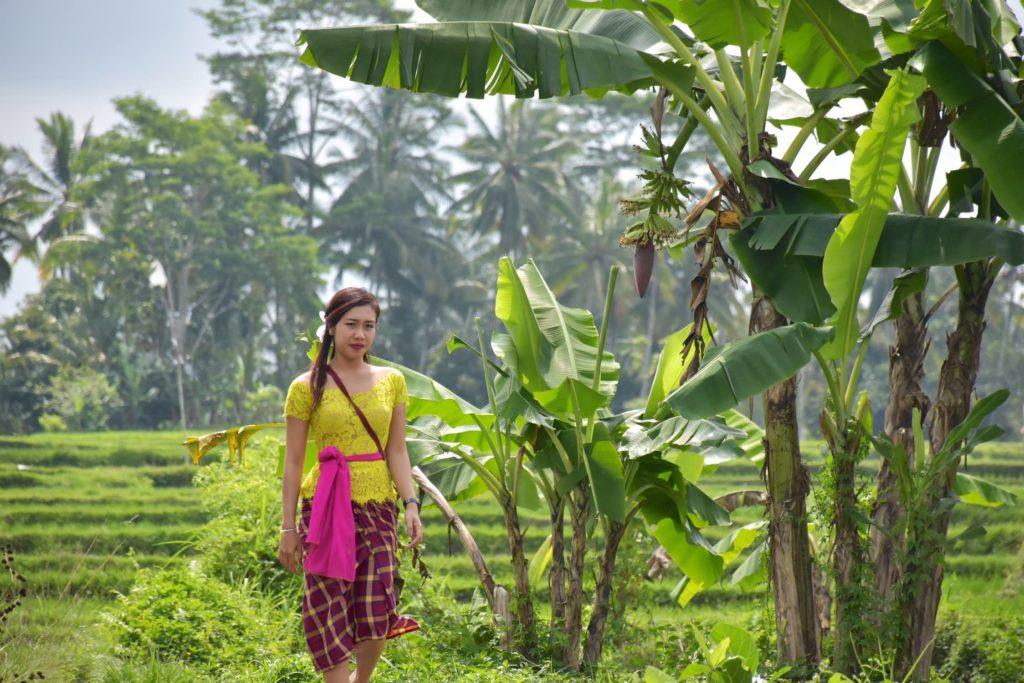Femme tenue traditionnelle ubud-indonesie-blog-voyage-2016-25