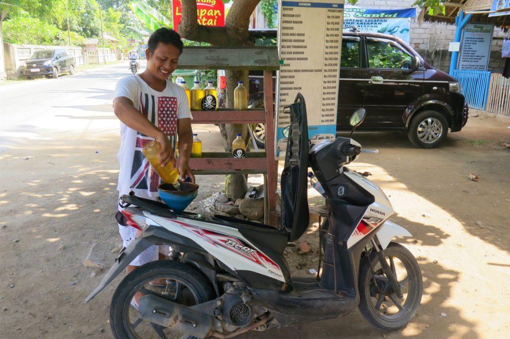 Station essence plages-kuta-lombok-indonesie-blog-voyage-2016-23