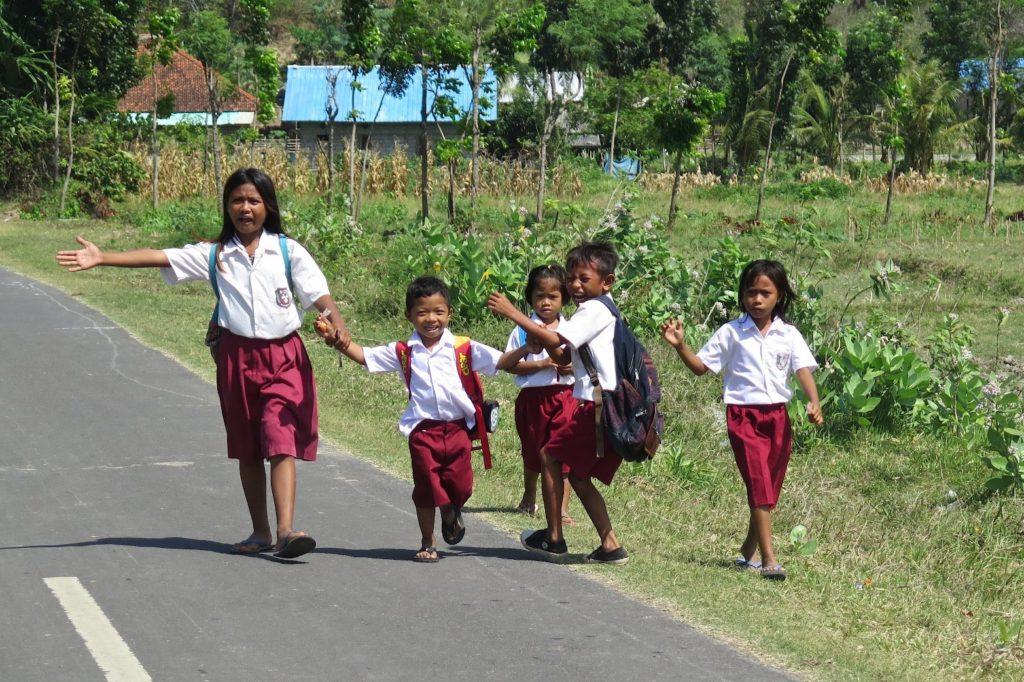 Enfants plages-kuta-lombok-indonesie-blog-voyage-2016-5