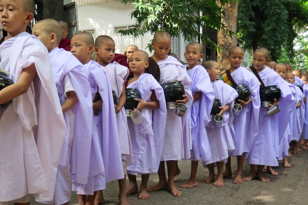 Novices repas moines Mandalay-Inwa-Ubein-Myanmar-Birmanie-blog-voyage-2016 27