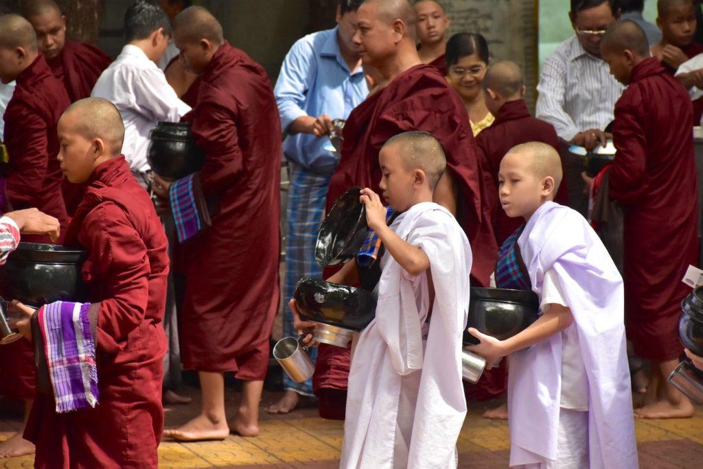 Novice repas moines Mandalay-Inwa-Ubein-Myanmar-Birmanie-blog-voyage-2016 28