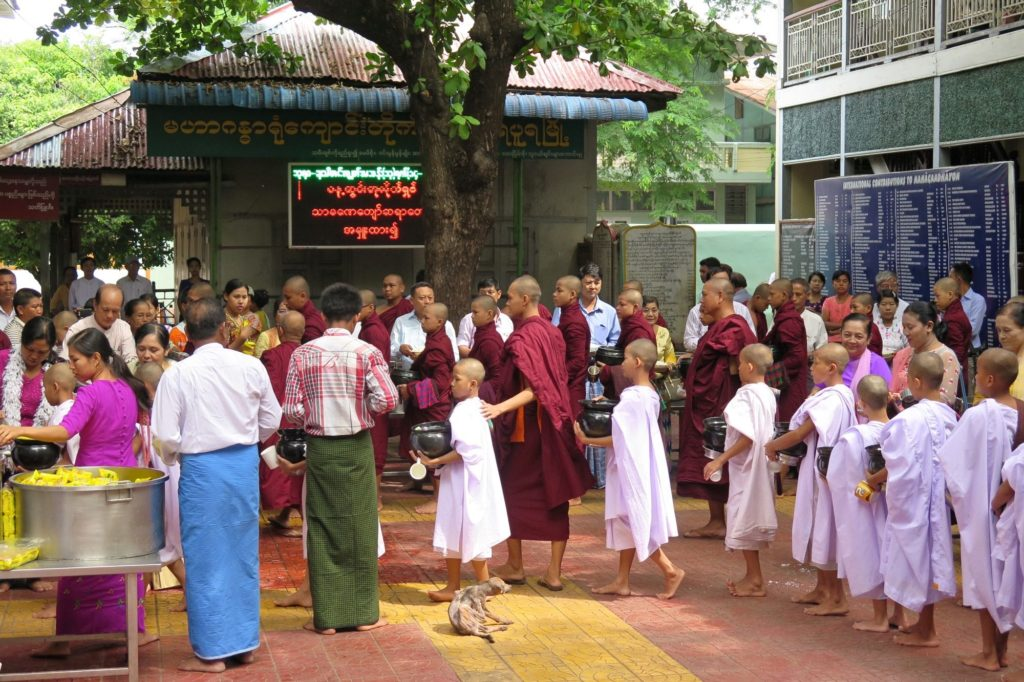Novice repas moines Mandalay-Inwa-Ubein-Myanmar-Birmanie-blog-voyage-2016 29